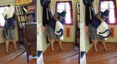 ઘરમાં ઘૂસેલા સાપનો મહિલાએ આ રીતે કર્યો સામનો, વાયરલ થયો વીડિયો