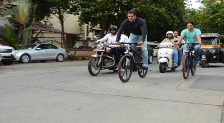 રસ્તા પર સાઇકલ ચલાવતા સલમાને 'શાહરૂખ શાહરૂખ'ની બૂમો લગાવી