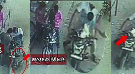 CCTV: ગોધરામાં ભાગોળના પેટ્રોલપંપ પર બાઈક ભડભડ સળગી, બાળક દાઝ્યો