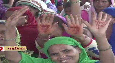 વડોદરા : PM મોદીના જન્મ દિવસની તૈયારી, મહિલાઓએ હાથમાં કમળની મહેંદી મુકાવી