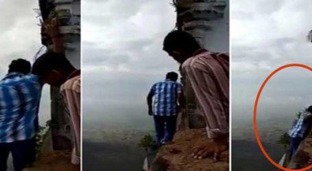 મંદિરની પરિક્રમા કરતા 2400 ફૂટ ઊંડી ખાઇમાં પડી ગયો યુવક, વીડિયો વાયરલ
