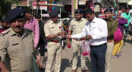 પોલીસની ગાંધીગીરી : નિયમો તોડતા વાહન ચાલકોને આપ્યા ગુલાબના ફૂલ