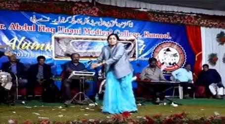 હૈદરાબાદ : AIMIMની મહિલા નેતાનો નાગિન ડાન્સ થયો વાઇરલ, જુઓ VIDEO