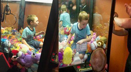 ટોય મેળવવા જતા ટોય મશીનમાં ફસાઇ ગયો 4 વર્ષનો બાળક, જુઓ આગળ શું થયું