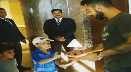 Video: બાળકો કરી રહ્યાં હતાં જીદ, કોહલીએ ઈચ્છા પૂર્ણ કરી