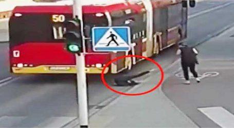 Video: મિત્રનો મજાક ભારે પડ્યો, બસની નીચે આવી ગયો યુવક
