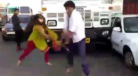 હાઇવે ઉ૫ર મહિલાએ કરી ધોકાવાળી, ડ્રાઇવરને ઝૂડી ટ્રકના કાચ તોડી નાખ્યા