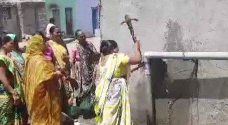 પાણીની સમસ્યાનો મહિલાઓ એ લાવ્યો ઉકેલ : પાવડાના ઘા મારી લોખંડની પાઇપ લાઇન તોડી નાખી