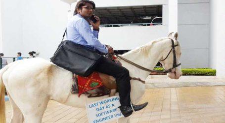 Photo: ટ્રાફિક જામની સમસ્યાથી પરેશાન એન્જીનીયર ઘોડા પર બેસીને પહોંચ્યો ઓફિસ