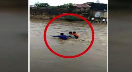 ઉતવળામાં ગ્રામજનો ફસાયા : દોરડાના સહારે રેસ્ક્યું, પીઠ પર બાળક રાખી પિતા ઉતર્યો પાણીમાં