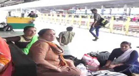 મુંબઈમાં વરસાદને કારણે ટ્રેનની જગ્યાએ એસટી બસમાં જવા મજબુર બન્યા લોકો