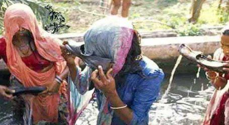 વિચિત્ર ચલણ, આ ગામમાં પતિના પગરખામાં પાણી પીવે છે પત્નીઓ!