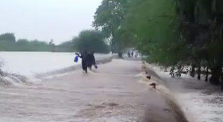 ઉના : ભારે વરસાદ બાદ હજુ પણ રસ્તા પર પાણી ભરાતા, ધસમસતા પ્રવાહ વચ્ચેથી પસાર થયા લોકો