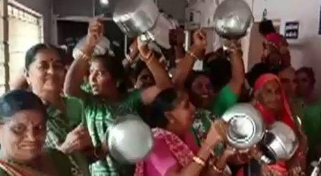 મોરબીમાં 6 મહિનાથી પાણીનું વિતરણ ઠપ્પ થઇ જતા, મહિલાઓએ બેડાં સરઘસ કાઢ્યું