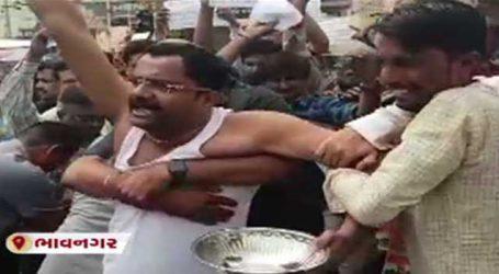 ભાવનગરઃ CM રૂપાણી પાસે કોંગ્રેસના કાર્યકરો કટોરો લઈ પહોંચ્યા અને..