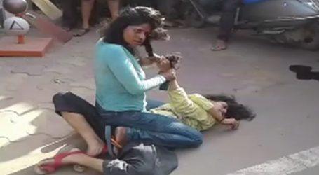 Video: ડાકોરમાં ભરબજારે બે મહિલાઓ વચ્ચે દંગલ, કારણ જાણી ચોંકી જશો