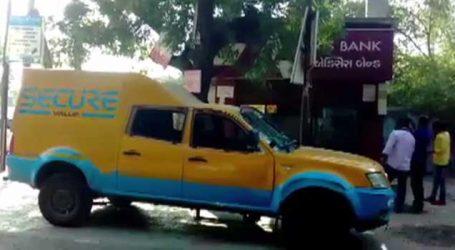 કચ્છના આદિપુરમાં બે શખ્સ ATM પાસે રાહ જોઈને ઉભા હતા, કેશવાન આવી અને ચાલુ થયો ખેલ