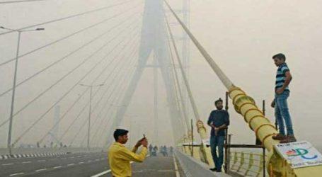 દિલ્હીમાં સિગ્નેચર બ્રિજ પર મોટી ઘટના, સેલ્ફી લઇ રહેલા બે યુવકો બાઈક સાથે નીચે પટકાયા