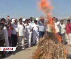 દિવાળીએ ખંભાળીયામાં પોતાના ઉત્પાદનને લગાવી આગ, 8 દિવસથી ભૂખ્યા છે ખેડૂતો