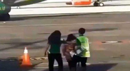 Viral Video : ફ્લાઇટ છૂટી ગઇ તો દોડીને પ્લેન પકડવા ગઇ મહિલા, પછી થયું જોવા જેવું