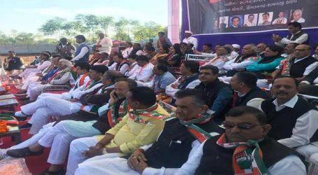 ગુજરાત કોંગ્રેસમાં બધુ બરાબર છે તેવું દેખાડવા બધા નેતા ચૂપચાપ એકસાથે બેસી ગયા