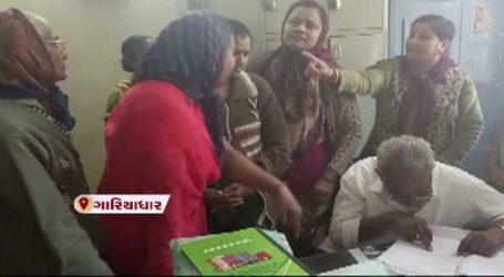 ભાવનગરના ગારિયાધારમાં મહિલાઓ પાલિકામાં પહોંચ્યા અને હલ્લા બોલ કર્યો