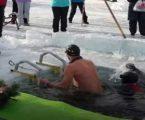 આ VIDEO જોઇને જ તમને ઠંડી ચડી જશે, બરફની નીચે તો આ જ વ્યક્તિ કરી શકે સાહસ