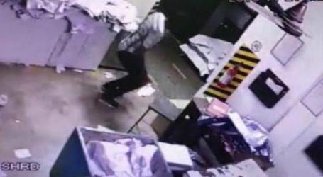 LRDના પેપરની પ્રિન્ટિંગ પ્રેસમાંથી ચોરીના CCTV, એક વ્યક્તિ કાઢી રહ્યો છે પેપર