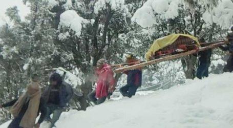 6 ફૂટ બરફની વચ્ચે લોકોએ ગર્ભવતી મહિલાને પહોંચાડી હોસ્પિટલ, Photo જોઈ થશે કે અરરર… કેવી મજબૂરી