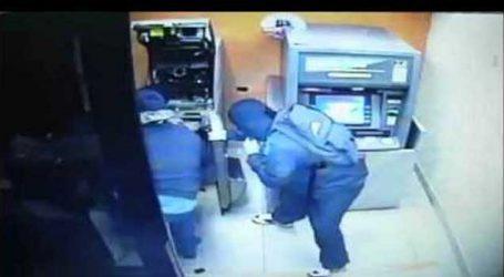 ATMમાં ઘુસ્યાં, કેમેરામાં ગ્રીસ લગાવ્યું અને બે ATM ખંભે મારીને ખચકાવી મુકી બોલો