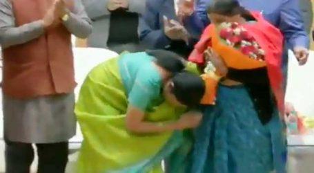 VIDEO: સીતારમણ શહીદોની માતાઓને પગે લાગ્યાં, કહ્યું કે તમારે એપોઇન્ટમેન્ટ લેવાની જરૂર નથી